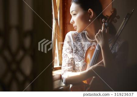 小提琴和女性 31923637