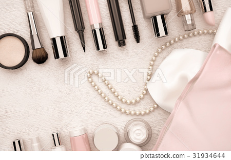 Makeup, products, and, string, of, pearls 31934644