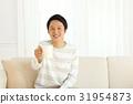 ソファーに座る男性 31954873