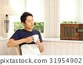 椅子に座る男性 31954902