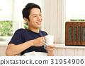 椅子に座る男性 31954906