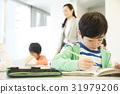 老師和小學的學生 31979206
