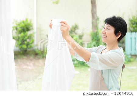 Housewife housework, washing 32044916