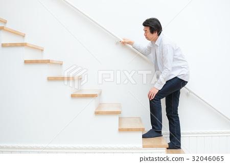 관절통 미들 남성 계단 32046065