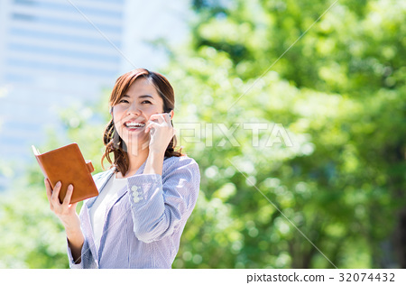Business woman (smartphone) 32074432