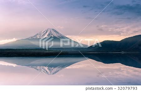 Mountain fuji at Motosu lake at sunrise 32079793