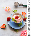Home made strawberry ice cream in bowl 32084254