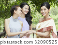 The picture of two girl looking and smiling with the bride 32090525