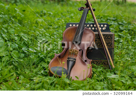 Violin with accordion Put on the lawn Wait for the 32099164