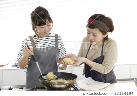 Making croquette 32114194