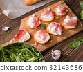 Table with sandwiches and bacon 32143686