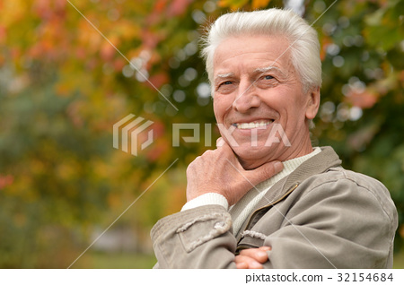 Elderly man in park 32154684