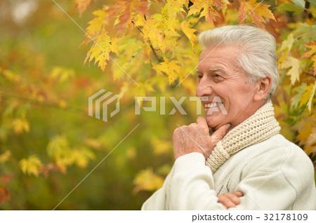 elderly man in park 32178109