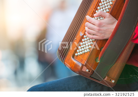 Accordion player in the street 32192525
