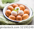 White and brown hen eggs in bowl 32193246