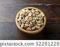 Dried broad beans in a wooden bowl 32201220
