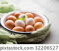 White and brown hen eggs in bowl 32206527