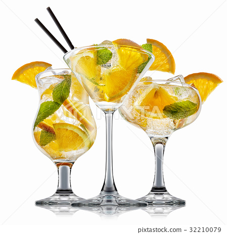 alcohol cocktail isolated on white background 32210079