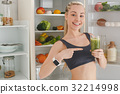 Young woman making detox smoothie at home 32214998