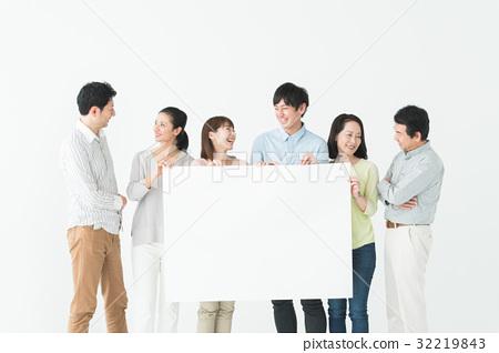 男性和女性與白板 32219843
