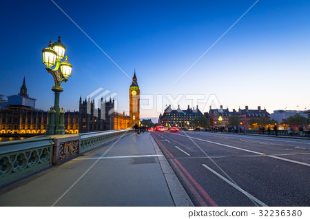 London scenery at Westminter bridge with Big Ben 32236380