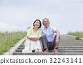 계단에 앉아 수석의 남녀 32243141