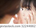 一个女人在镜子前护肤 32244662