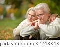 couple hug park 32248343