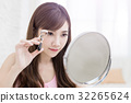 woman take clip eyelashes 32265624