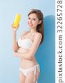 woman take sunscreen 32265728