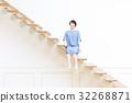 階段に座る若い女性 32268871