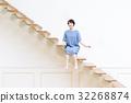 階段に座る若い女性 32268874