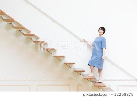 站立台階的一個少婦 32268879