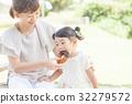 간식 먹이는 부모 모녀 32279572