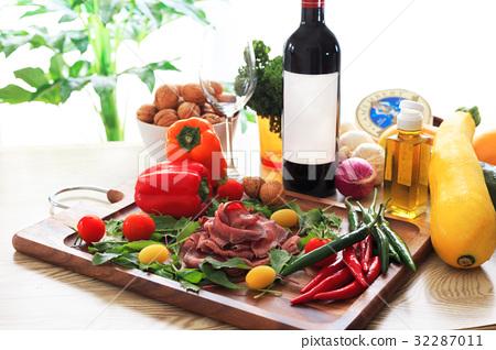 테이블 세팅 와인이있는 식탁 로스트 비프와 함께 32287011