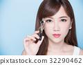 woman take clip eyelashes 32290462