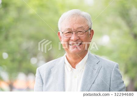 有微笑的老人新綠色 32294680