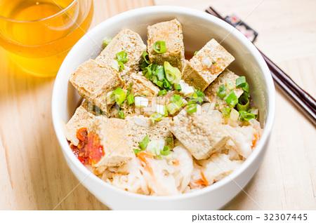Stinky tofu臭豆腐 32307445
