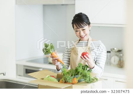 Housewife vegetables 32307475