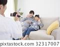 디지털 비디오 카메라로 가족을 촬영하는 아버지 32317007