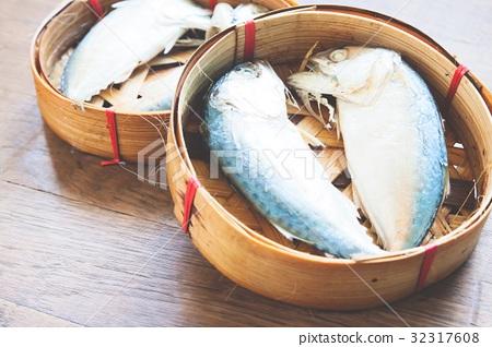 Steamed mackerel in tray 32317608
