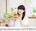 拿著菜的婦女在廚房裡 32354624