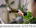기타를 연주하는 남자의 손 32357816