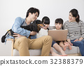PC를 보는 가족과 애견 32388379