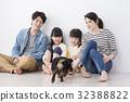 ครอบครัว 4 คนและสัตว์เลี้ยง 32388822