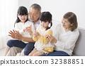 พ่อแม่เล่นกับลูกหลาน 32388851