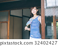 옛 민가와 젊은 여성 32402427