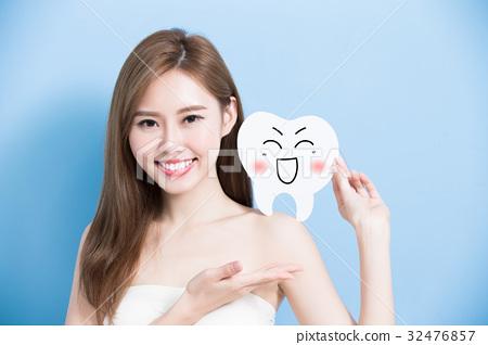 woman take cute tooth 32476857