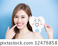 woman take cute tooth 32476858