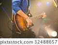 ผู้ชายกำลังเล่นกีตาร์ในวงดนตรี 32488657